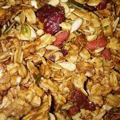 Simpel basis recept voor overheerlijke granola. Met alleen havermout, kokosolie, honing en een snufje kaneel maak je in een handomdraai deze basis granola