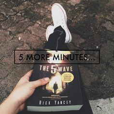 You're going to stop reading The 5th Wave in 5 more minutes? Ha! Keep telling yourself that… :) | stiffi_soria on Instagram