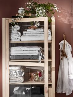 An einem Sommermorgen | IKEA Livet Hemma - inspirierende Interieurs für das Haus Ikea Inspiration, Small Apartment Bedrooms, Hygge Home, Ikea Cabinets, Art Deco, Ikea Storage, Interior Decorating, Interior Design, Home And Deco