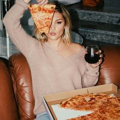 Find images and videos about beautiful, style and olivia holt on We Heart It - the app to get lost in what you love. Olivia Holt, Fotografia Retro, Wine And Pizza, Pizza Pictures, Pizza Photo, Cute Poses For Pictures, Pizza Girls, Insta Photo Ideas, Girl Photography
