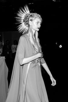 #Juanjo #Oliva hace su propia interpretación de la #moda, sus vestidos de tul de seda, encaje y gasa con complementos arriesgados, como los maxi pendientes de exóticas flores naturales, cinturones de espigas de trigo rematados en tachuelas doradas y peinados #punk, con impactantes #crestas de #trigo y #orquídeas naturales.  Fotógrafo Santago Alguacil @santi68 para Lysmåler Magazine (www.lysmalermagazine.com ) @lysmalermag
