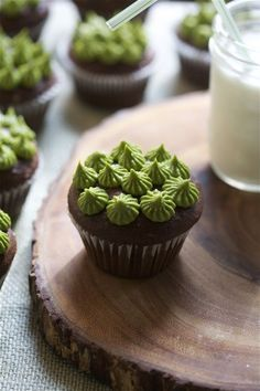 Super Chocolatey Cupcakes with Matcha Green Tea Frosting. I love matcha ; Cupcake Recipes, Cupcake Cakes, Dessert Recipes, Frosting Recipes, Just Desserts, Delicious Desserts, Yummy Food, Yummy Treats, Sweet Treats