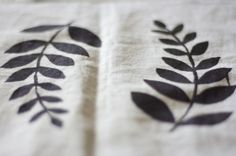 screen printing - tutorial Textile Prints, Textile Design, Textiles, Fabric Printing, Silk Screen Printing, Diy Ideas, Craft Ideas, Cool Inventions, Screenprinting