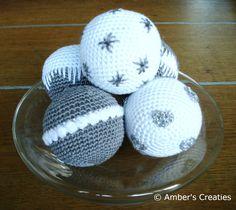 Bit of Color: november 2012 Crochet Christmas Decorations, Crochet Ornaments, Christmas Crochet Patterns, Holiday Crochet, Christmas Knitting, Christmas Baubles, Christmas Crafts, Crochet Ball, Crochet Diy
