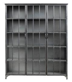 Skap i jern. Skapet har 3 glassdører og 5 hyller innenfor hver dør. God plass for massevis av flott pynt og praktiske gjenstander, tallerkener og bøker.