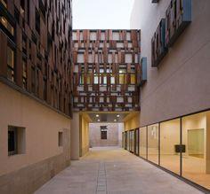 El estudio Viar Arquitectos  ha concluido la rehabilitación del Ayuntamiento de  Baeza , Jaén . La intervención ha sido cuidadosa con el inm...