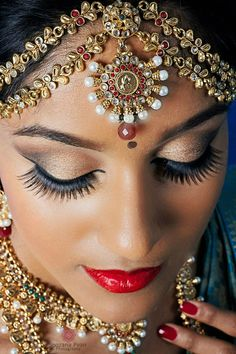 South Indian bridal makeup is unique and timeless. Here are 15 gorgeous South Indian makeup ideas plus a 15 points makeup tutorial to guide you through. Indian Bridal Makeup, Asian Bridal, Bridal Hair And Makeup, Wedding Makeup, Wedding Bride, Bridal Make Up, Bridal Looks, Beauty And Fashion, Exotic Beauties