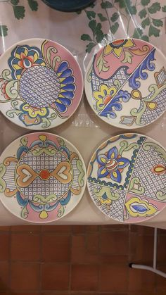 Pratos baixo esmalte Lu Heringer Plastic Design, Slab Pottery, China Painting, Ceramic Design, Pottery Painting, Small Plates, Hand Painted Ceramics, Tile Art, Ceramic Plates