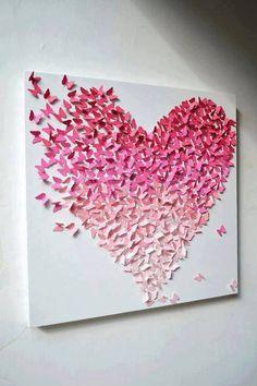 Schmetterlinge nach einer Schablone auf verschieden farbiges Tonpapier (http://amzn.to/10DnDzF) aufzeichnen und ausschneiden. Anschließend die Flügel der Schmetterlinge leicht knicken und die Schmetterlinge dann herzförmig auf einer Leinwand aufkleben