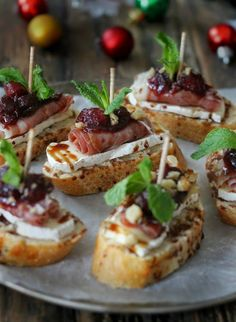 Tapas Reception - Cranberry, Brie and Prosciutto Crostini with Balsamic Glaze Snacks Für Party, Appetizers For Party, Appetizer Recipes, Canapes Recipes, Prosciutto Recipes, Meat Appetizers, Party Food Ideas, Brunch Recipes, Bridal Shower Appetizers