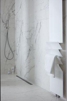Complete badkamer van Baden+ met luxe hotel-uitstraling. All Marble met XXL marmeren wand- en vloertegels, met inloopdouche op maat gemaakte glazen douchewand #mixenmatch #badenplus #badkamer #wellness #marmer