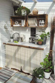 Cajas de madera como estanterías para mantener el orden y organizar nuestra casa. En esta ocasión en la cocina, ¿os gustan?