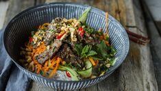 Dette er en skikkelig snadderrett. Masse gode asiatiske smaker av sitrongress, mynte og chili serveres over en digg nudelsalat.