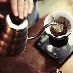 How to prepare Espresso at home Hand Drip Coffee, Best Drip Coffee Maker, Pour Over Coffee, Coffee Dripper, V60 Coffee, Coffee Is Life, Coffee Shop, Coffee Time, People Drinking Coffee