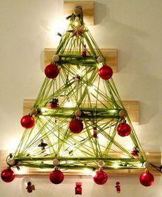 Árvore de Natal é feita com lã, enfeites e pisca-pisca