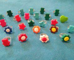 Anillos infantiles con fuguritas de fimo - http://www.manualidadeson.com/anillos-infantiles-con-fuguritas-de-fimo.html