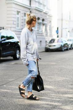 Den Look kaufen: https://lookastic.de/damenmode/wie-kombinieren/oversize-pullover-grauer-boyfriend-jeans-hellblaue-flache-sandalen-schwarze-shopper-tasche-schwarze/3082 — Grauer Oversize Pullover — Hellblaue Boyfriend Jeans mit Destroyed-Effekten — Schwarze Shopper Tasche aus Leder — Schwarze Flache Sandalen aus Leder