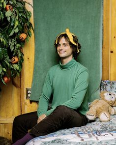 Matthew Gray Gubler with banana on his head. Spencer Reid Criminal Minds, Dr Spencer Reid, Dr Reid, Matthew Gray Gubler, Matthew Grey, Beautiful Boys, Pretty Boys, Beautiful People, White Boys