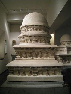 Stûpa Afghanistan, site de Hadda, monastère de Tapa-Kalan  IVe-Ve siècle Stuc traces de polychromie et de dorure H : 162 cm Mission Barthoux TK 23
