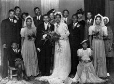 Boda de Walter y Albertina Sisulu en 1944. La dama de honor es Evelyn Mase (a la izquierda en la foto), que posteriormente se convertiría en... Nelson Mandela, History, Bridesmaids, Wedding, Women, Pictures, Historia