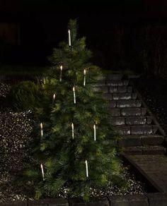 Trådløs og meget dekorativ juletrebelysning med 10 høye hvite stavlamper på klype med LED lys fra Konstsmide. Lysene har ingen kabel, noe som gjør det svært enkelt å plassere de rundt treet. Det følger med fjernkontroll for å slå av/på lysene.Dersom 10 lys er litt lite for ditt tre kan du supplere med et ekstrasett på 5 lys.