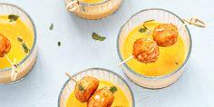 Zomerse temperaturen gaan vaak samen met gezellig buiten eten met familie of vrienden. Dit zomerse currysoepje is een lekkere aanvulling voor bij de bbq of als bijgerecht bij een zomers diner. Smullen maar!