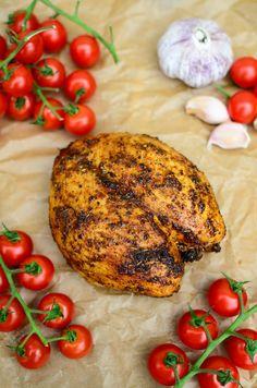 To nie tylko świetna alternatywa dla sklepowych produktów, ale także idealny dodatek do drugiego dania, sałatek do pracy czy choćby smacznej, kolacji na szybko np. domowej tortilli. Pierś przygotowana w ten sposób jest krucha, aromatyczna i bardzo smaczna. Mad Cook, Reflux Diet, Tandoori Chicken, Salmon Burgers, Curry, Food And Drink, Dishes, Meat, Vegetables