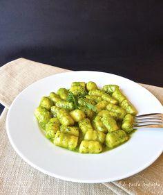 Di pasta impasta: Gnocchi di patate (Accademia Montersino) e pesto di rucolaIngredienti 1 kg di patate (farinose) 150 g di farina (la mia 0 bio) 120 g di fecola di patate 50 g di uova (1 uovo bio) 20 g di tuorli (1 tuorlo bio) noce moscata sale