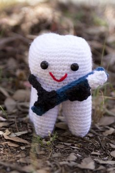 Crochet tooth with toothbrush. Free pattern by Yochet Crochet.