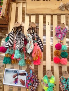 Colets - Our tools make it super simple to make 20 sizes of tassels and pompoms with the Pattiewack Tassel and Pompom Makers! Just wind, bind, tie, and cut! Organizing Hair Accessories, Girls Hair Accessories, Diy Projects To Try, Sewing Projects, Yarn Crafts, Diy And Crafts, Hair Rubber Bands, How To Make Tassels, Pom Pom Maker