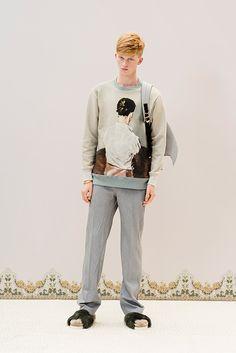 アンダーカバー(UNDERCOVER)が2016-17年秋冬コレクションを発表。今シーズンは、淡いカラーを多用することで、ワードローブ全体が穏やかな空気に包まれた。スラックスにシャツやトレンチコートを...