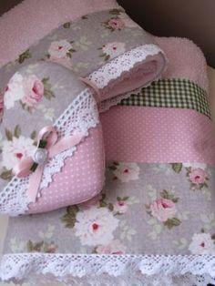 Unas simples toallas lisas se pueden convertir en algo delicado, simplemente con unas telas bien combinadas y una puntilla . En un... Sewing Ruffles, Sewing Crafts, Sewing Projects, Bathroom Towel Decor, Crochet Towel, Fabric Hearts, Towel Crafts, Shabby Chic Kitchen, Diy Pillows
