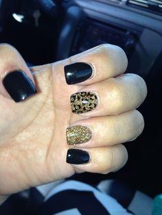 Black and Gold cheetah nail....... I wouldn't have done black I would have done brown but I think it's still cute.
