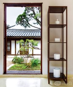Find calm at white porcelain displays Traditional Interior, Traditional House, Natural Modern Interior, Interior Design Living Room, Living Room Decor, Orient House, Home Design Diy, Interior Architecture, Korean Style