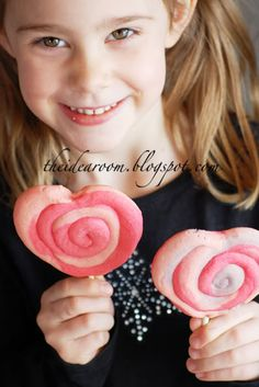 How fun are these valentine cookie pops!  The kids would have fun with these!
