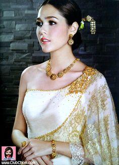 Elegant, classic look. Thai Traditional Dress, Traditional Wedding Dresses, Traditional Outfits, Thai Wedding Dress, Khmer Wedding, Thailand Fashion, Thai Fashion, Thai Dress, Wedding Costumes