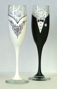Wedding or Black Tie champagne glasses by AGlassofClass on Etsy Wedding Wine Glasses, Wedding Champagne Flutes, Champagne Glasses, Bridal Glasses, Wedding Bubbles, Decorated Wine Glasses, Hand Painted Wine Glasses, In Vino Veritas, Bottle Painting