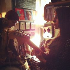 #shekeepsbees #showcase #concert #recordstore #baladessonores #paris (décembre 2014)
