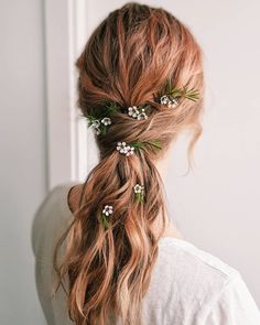 Whoa! These wedding hairstyles with braids are trending in 2021 and with good reason. Boho braids or elegant fine art bridal dos are a must-see! #bridalbraids #weddinghairstyles Boho Bridal Hair, Bridal Braids, Romantic Wedding Hair, Beach Wedding Hair, Wedding Hair And Makeup, Hair Makeup, Wedding Beauty, Braided Hairstyles For Wedding, Beach Hairstyles