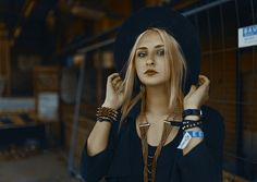 Lisa // Portrait of a beautiful girl and woman. Wearing a hat, jewellery and a black blouse. So chic and cool!