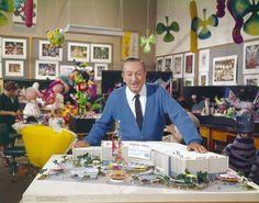 Walt Disney bij de presentatie van de eerste plannen ruim een halve eeuw geleden. http://www.elkedagvakantie.nl/index.php/2014/50-jaar-small-world-wordt-unicef-feest/