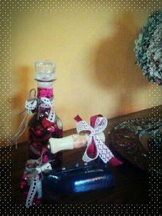 Botellas de colección decoradas a juego con una plancha antigua.
