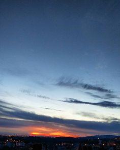 Sketches in the sky ✏ #esboçosnocéu #rabiscos #céuimaginário #sketches #desenhos #drawing #draws #dessiner #p3top #peoplescreative #oh_mag #igers #igersportugal #igerslx #outubro #fall2016 #autumnskys #autumn #autumndays #caianoitenacidade #portugalcomefeitos #clouds #cloudstalk #nuvensquefalam #manhasperfeitasblog