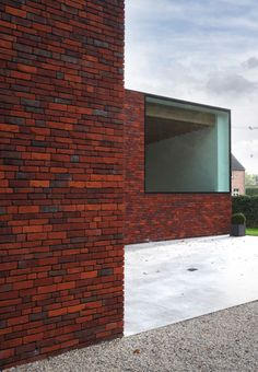 Woning VV | ILB Architecten De Saegher baksteen Photo: Philippe van Gelooven Building Structure, Brick Building, Brick Architecture, Interior Architecture, Brick Facade, Architectural Features, Brickwork, Stone Houses, Exposed Brick