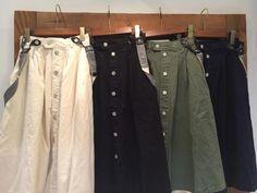 2015年秋冬のトレンドアイテムの一つになるだろうと予想されているのが『前ボタンスカート』です。 『前ボタンスカート』はその名の通り、正面にボタンがついたスカートです。 合わせるのが少し難しい上級アイテムですが、上手くコーディネートに取り入れることで『こなれ感』を出すことができます。 そこで、初心者さんでもチャレンジしやすい前ボタンスカートの着こなし5選をご紹介します! 1.『黒セーター×カーキの前ボタンスカート』 出典:http://matome.naver.jp カーキは今年のトレンド色の一つだと言われているカラーです。カーキのスカートは合わせやすく、初心者さんでも合わせやすいアイテムの一つ。 黒のセーターと合わせれば、大人っぽい上品さも出すことができます。 2.『チェックのシャツ×デニムの前ボタンスカート』 出典:http://ameblo.jp デニムの前ボタンスカートには、チェックなどの派手な柄のシャツがよく合います。サスペンダー付きのタイプを選び、靴下と合わせればガーリーな印象になります。…