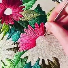 How to make hand embroidery step by step with free scratches to print: easy embroidery for beginners Learn to embroider by hand in a simple and easy way. How to make hand embroidery step by step with Tambour Embroidery, Hand Embroidery Videos, Embroidery Stitches Tutorial, Embroidery Flowers Pattern, Learn Embroidery, Sewing Stitches, Embroidery Hoop Art, Hand Embroidery Designs, Embroidery Needles