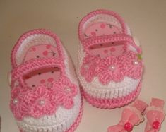Discover thousands of images about Popular Baby Booties Tutorial Crochet Baby Sandals, Baby Girl Crochet, Crochet Baby Shoes, Crochet Baby Booties, Crochet Slippers, Crochet Baby Blanket Beginner, Baby Knitting, Crochet Crafts, Crochet Projects