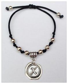 """Bracelet homme ou femme personnalisé avec Initiale """"X"""". perles et médaillon mètal argentè : Bracelet par perles-et-couronnes"""