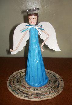 Angel Navideño hecho de papel periódico.