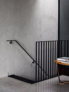 Cereal abode INSPIRATION: A textured grey wall and black linear railing provide the perfect pairing Staircase Handrail, Stair Railing, Staircase Design, Black Staircase, Bannister, Staircases, Industrial Stairs, Industrial Interior Design, Balcony Railing Design